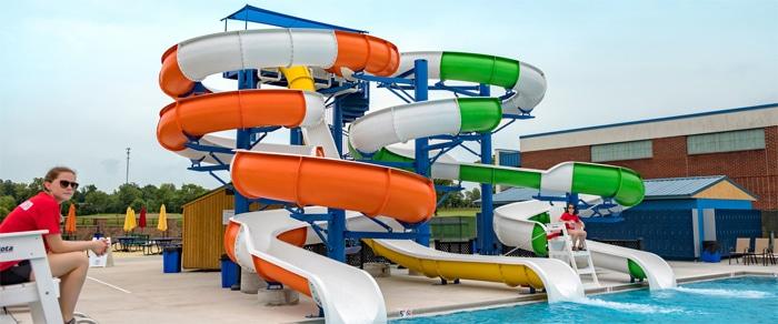 Toboganes acuáticos gigantes y Splashpad en un parque de agua VORTEX en el Centro Acuático Tommy Garrott