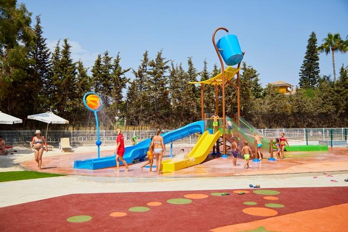 Parque de agua sin profundidad de VORTEX en el hotel Sol Marbella Estepona Atalaya Park