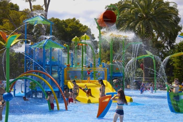 Parque de agua sin profundidad en el camping Playa Montroig Camping Resort