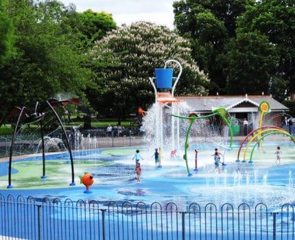 Cuenta con parques de agua sin profundidad en tus proyectos de urbanismo